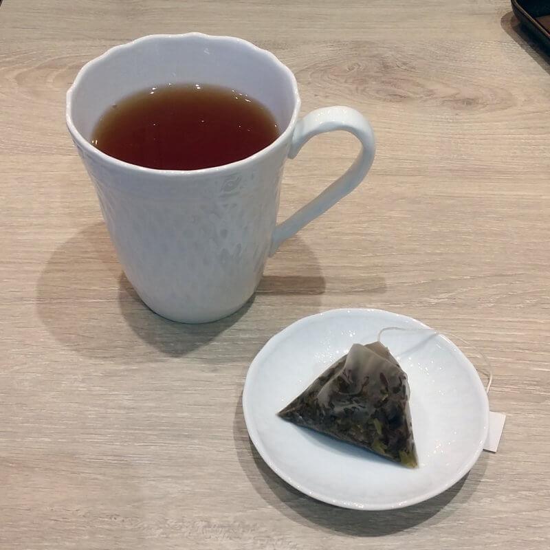 タリーズコーヒー&TEA 博多駅マイング店 クオリティダージリン ティーバッグを取り出した様子