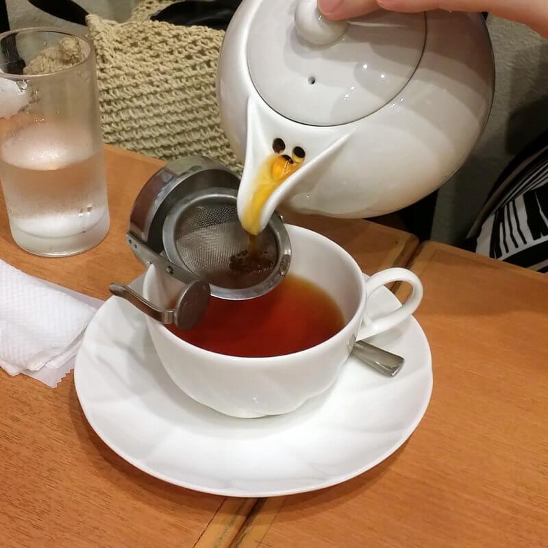 青山ティーファクトリー 紅茶を注ぐ様子