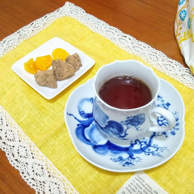 沖縄ティーファクトリーのサンセットヌーボー 黒糖とドライパインと合わせて